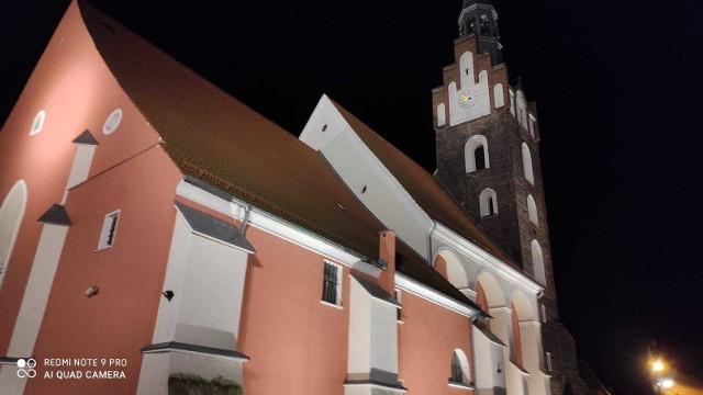 Po zmroku kościół w Niemodlinie jest oświetlany.