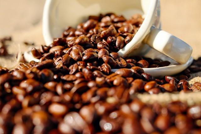 TYCIEPicie kawy powoduje uczucie sytości. Często to uczucie sytości prowadzi do pominięcia posiłku lub przekąski, ale kiedy mija, żołądek jest pusty. To powoduje, że wiele osób przejada się przy następnym posiłku, ponieważ są tak głodni.