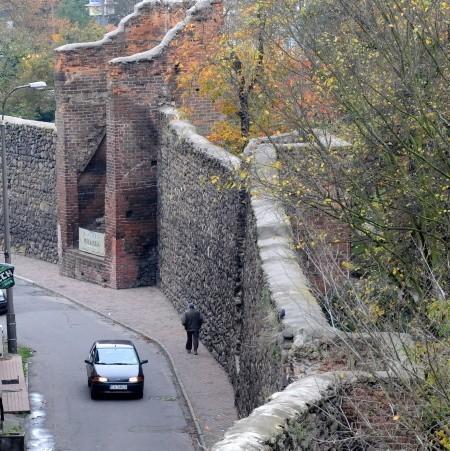 Na razie mury miejskie są zaniedbane i zarośnięte. Po remoncie mają się zmienić w jedną z atrakcji miasta.