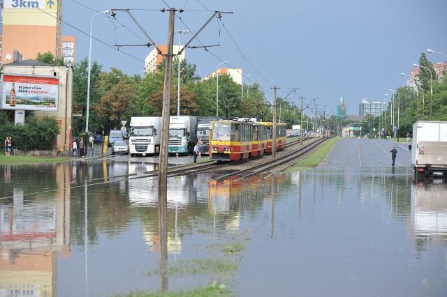 Łódź i inne miejscowości naszego województwa leczą rany po wichurze i burzy, które miały miejsce w środę. To jednak nie pierwsza taka klęska jaka w ostatnich latach dotknęła Łódź. Jak wyglądały ulice po dawnych ulewach?TEKST I ARCHIWALNE ZDJĘCIA >>>>