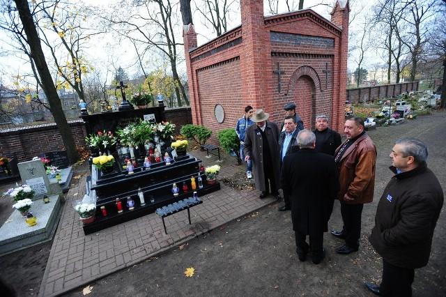 Romowie w dniu Wszystkich Świętych schodzą się na groby swoich bliskich.
