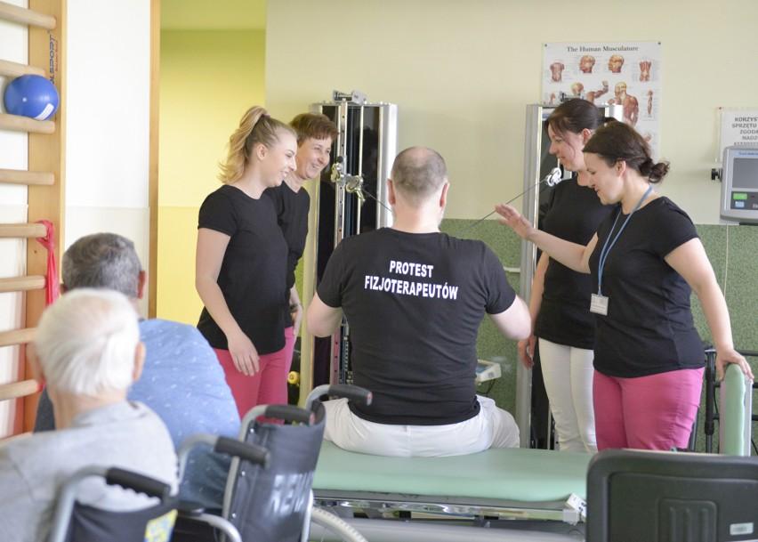 Fizjoterapeuci w słupskim szpitalu na znak protestu założyli czarne koszulki. Pracują jednak normalnie