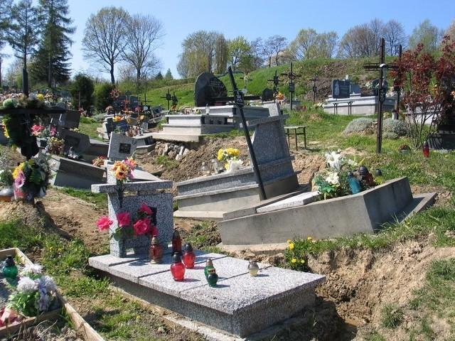 Najnowsza część głównego cmentarza w Przemyślu zaczęła się osuwać wiosną zeszłego roku.