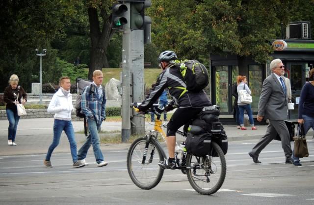 Dość często spotykam się z opiniami, że rowerzyści to największy problem na naszych drogach, mają za dużo przywilejów, nie zwracają uwagi na pieszych, wpadają na oślep na przejazdy rowerowe, jeżdżą w słuchawkach i bez oświetlenia.