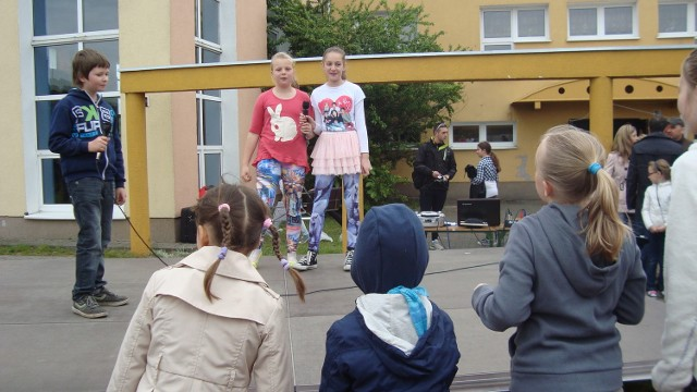 W festynie zorganizowanym przez Szkołę Podstawową w Koziegłowach uczestniczyli uczniowie, rodzice i nauczyciele