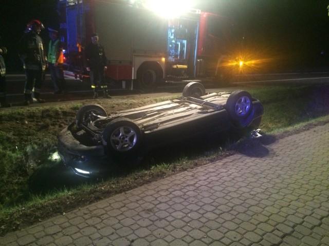 W poniedziałek po godz. 22 na drodze krajowej nr 65 tuż za Grabówką doszło do wypadku. - Zauważyłem auto leżące w rowie na dachu - mówi Mariusz Mieczkowski, który przesłał nam zdjęcia z tego zdarzenia. - Kobieta, która chwilę wcześniej zatrzymała się, aby pomóc kierowcy, powiedziała, że w aucie nikogo nie było.Na miejsce wysłano pogotowie, policję i straż pożarną.