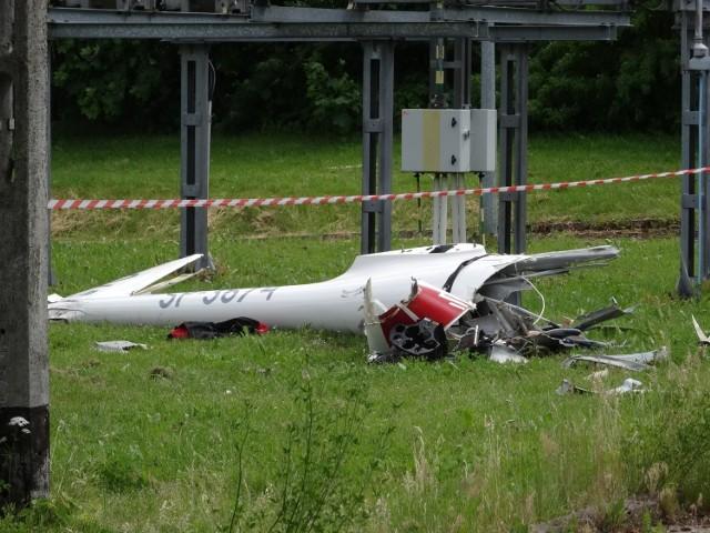 W wypadku zginął jeden z pilotów, a spadający szybowiec zranił przypadkowego przechodnia. Zobacz więcej zdjęć ---->