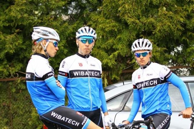 Trójka czołowych zawodników Wibatechu Ziemi Brzeskiej, od lewej: Jakub Foltyn, Marcin Wolski i Kamil Migdoł. Wiadomo już, że Foltyn w następnym sezonie będzie jeździł w grupie zawodowej BDCMarcpol.