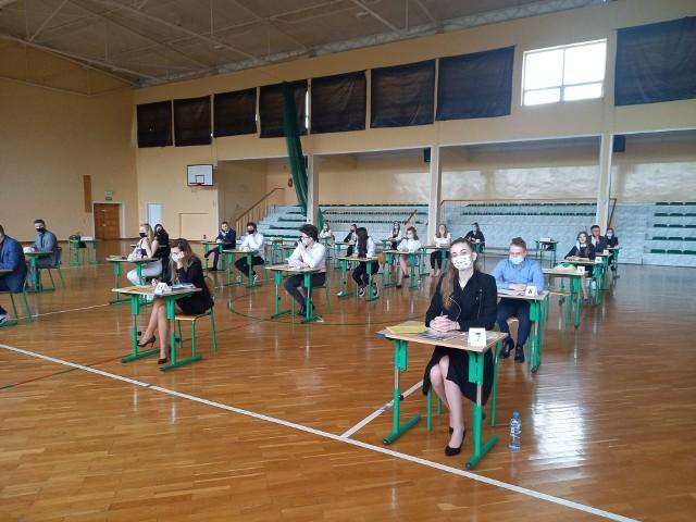 Tegoroczni maturzyści z liceum w Małogoszczu tuż przed rozpoczęciem egzaminu z matematyki.
