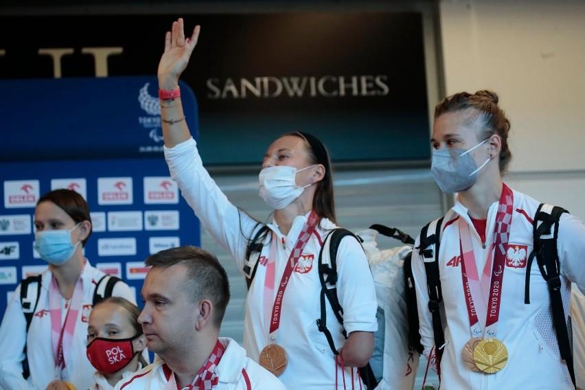Koniec Igrzysk, paraolimpijczycy wrócili do Polski. Przywieźli ze sobą 25 medali [ZDJĘCIA]