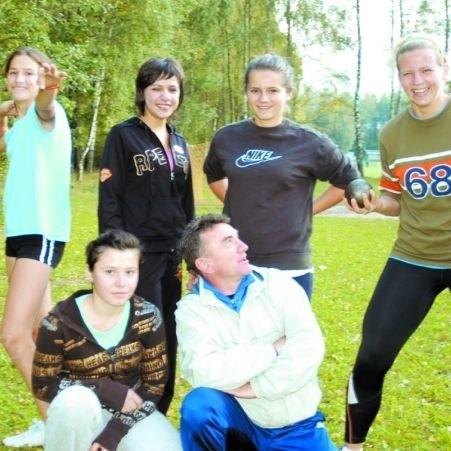 Alicja Filipkowska (pierwsza z prawej) to już rasowa młociarka, lubi swojego trenera i lubią ją koleżanki
