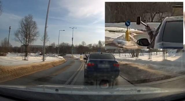Agresywny kierowca BMW z Moniek przyjechał do Białymstoku. Zajeżdżał drogę, wymuszał hamowanie i wymachiwał młotkiem przez okno
