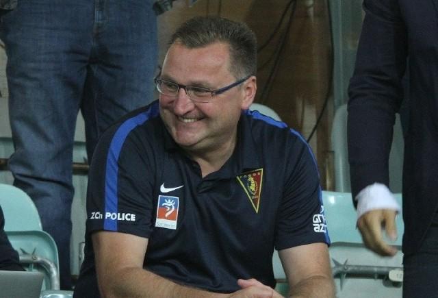 Trener Pogoni Czesław Michniewicz ma powody do zadowolenia. Jego zespół wciąż jest niepokonany w tym sezonie.