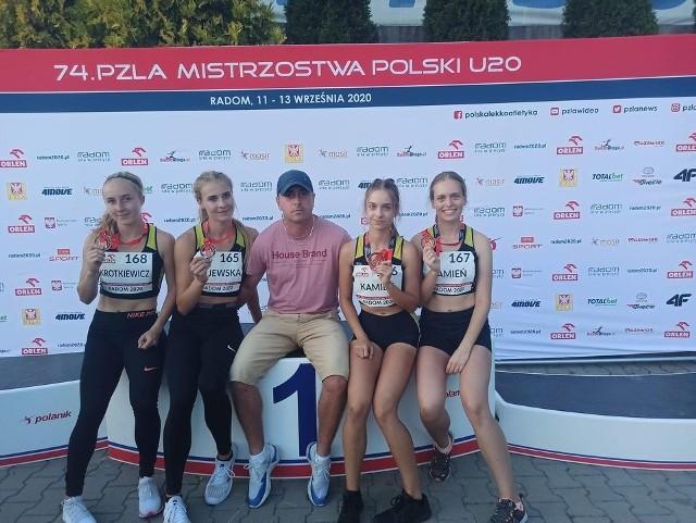Kobieca sztafeta 4x100 m Unii Hrubieszów, razem z trenerem Tomaszem Magdziakiem
