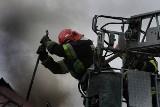 Pożar przy ul. Rzymowskiego. Strażacy ewakuowali ludzi przez balkon.