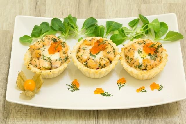 Wytrawne minibabeczki z aksamitną pastą jajeczną, łososiem i ajerkonakiem.