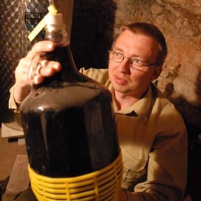 Zielonogórscy winiarze - w tym Jarosław Lewandowski - liczyli na to, że w tym roku będą mogli już sprzedawać swoje trunki. Ale w to Winobranie można będzie znów tylko pooglądać nasze wina.