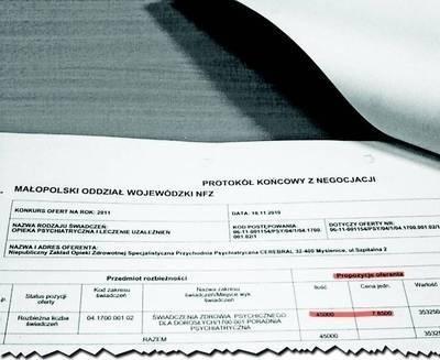 """Na fotografii dokument udowadniający, że NZOZ """"Cerebral"""" uzgodnił w trakcie negocjacji z NFZ cenę za swe usługi na wysokości 7,85 zł za 1 punkt. Z niejasnych przyczyn, które ma wyjaśnić prokuratura, cena urosła do 7,90 zł za punkt."""