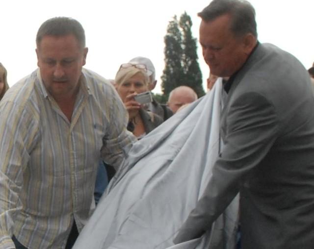 Najpierw Był Szymon, potem Jancarz a na końcu Zacharek. Rzeźbę tego ostatniego w lipcu odsłonili właśnie: Arkadiusz Grzechociński (z lewej) i Jerzy Synowiec.