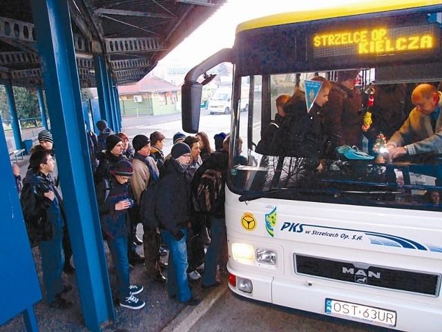 PKS wozi pasażerów na targ, ale mimo uruchomiania nowych połączeń, przewoźnik wciąż nie rozwiązał problemu opłacalności regularnych kursów. Aż 80 proc. ze wszystkich wyjazdów nie przynosi zysków. (fot. dim)