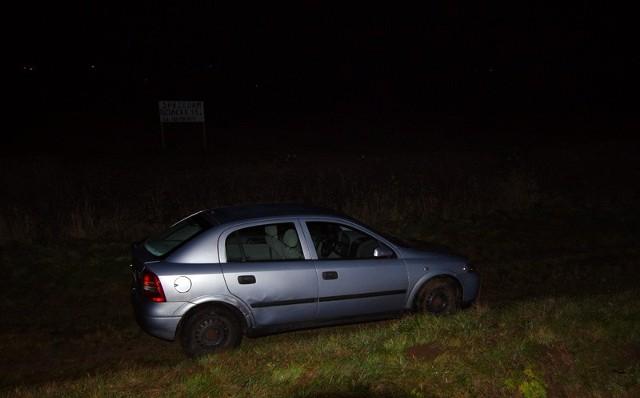 Opel wyleciał na pobocze.