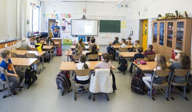 Wraz z nowym rokiem szkolnym do szkół weszło sporo zmian, dotyczą one jednak przede wszystkim nauczycieli. Jeśli chodzi o uczniów, będą oni odczuwali dalsze skutki reformy oświaty