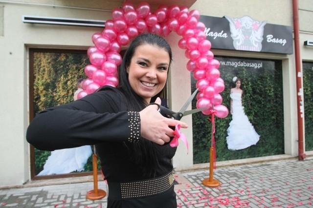 """Kielecka projektantka jest laureatką wielu nagród, między innymi, w 2011 roku zdobyła statuetkę dla Najpiękniejszej Sukni Ślubnej w konkursie """"Bridal Awards"""" na targach Modny Ślub. Teraz otworzyła swój autorski salon."""
