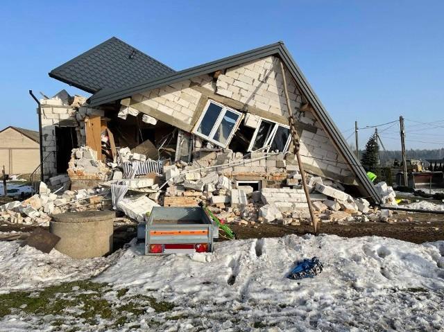 Kruszewo Wypychy. Wybuch gazu w domu jednorodzinnym. Zawalił się dach. Trzy osoby zostały ranne
