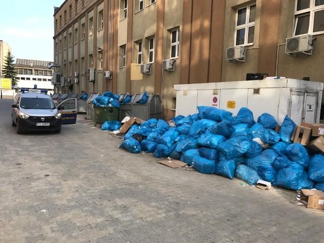 Dziesiątki worków z odpadami medycznymi i komunalnymi ujawnili w niedzielę strażnicy miejscy
