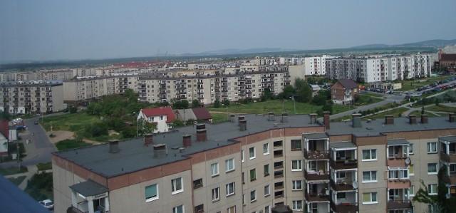 Panorama KielcŚwiętokrzyskie jest jednym z najmniejszych powierzchniowo województw. Na jego terenie znajduje się niewiele dużych miast (tylko stolica uzyskała status powiatu grodzkiego). Dlatego w województwie świętokrzyskim odnotowuje się mały współczynnik urbanizacji. Gospodarka, która w niewielkim stopniu tylko przyczynia się do kształtowania całkowitego krajowego PKB opiera się głównie na przemyśle hutniczym, metalowym, maszynowym. Zdecydowanym walorem świętokrzyskiego są jego przyrodnicze atrakcje turystyczne – m.in. Góry Świętokrzyskie.