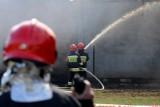Pożar w bloku przy ulicy Biziela w Bydgoszczy. Dwie osoby trafiły do szpitala