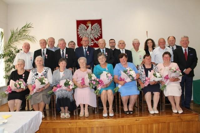 """Były gratulacje dla ośmiu par małżeńskich z Odrzywołu odznaczonych medalami """"Za długoletnie pożycie"""""""