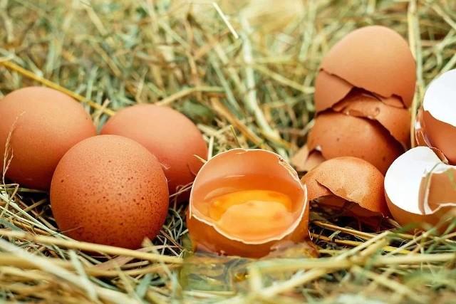 Jajka to jeden z produktów, który każdy ma w lodówce. To najlepszy dodatek do kanapek, sałatek, ciast czy nawet mięs. Jajka są przede wszystkim źródłem pełnowartościowego białka, łatwo przyswajalnego przez organizm. Zobaczcie, co dzieje się z organizmem, gdy jemy jajka. Kto powinien je włączyć do swojej diety? Sprawdźcie. Szczegóły na kolejnych zdjęciach >>>>