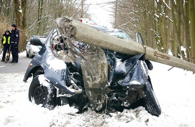 Wypadek: Renault wjechalo w slupWypadek: Renault wjechalo w slup