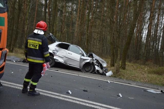 Wypadek w Lipinach. Dwie osoby ranne w czołowym zderzeniu samochodów na rozjeździe w kierunku miejscowości Moskwa (zdjęcie ilustracyjne)
