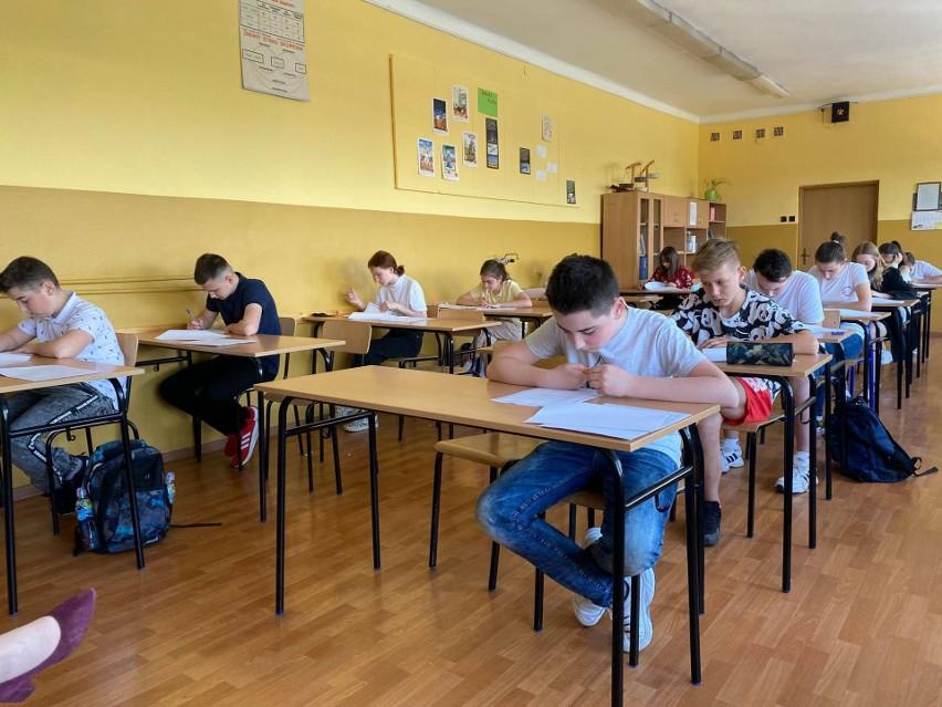Uczniowie ze szkół gminy Skalbmierz rywalizowali w konkursie historycznym. Zwycięzcy i wyróżnieni zostaną uhonorowani na pikniku [ZDJĘCIA]