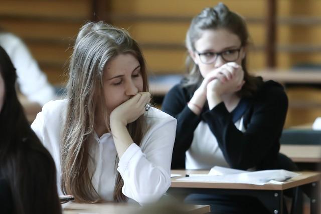 """Rozprawka """"Czy marzenia mają moc sprawczą?"""", Kochanowski i Doyle na teście z języka polskiego na egzaminie gimnazjalnym 2017. Oto tematy na egzaminie z języka polskiego na egzaminie gimnazjalnym. Pytania i odpowiedzi z języka polskiego - na naszej stronie znajdziesz pytania i odpowiedzi testu z języka polskiego. EGZAMIN GIMNAZJALNY 2017 - JĘZYK POLSKI: PYTANIA, ODPOWIEDZI, ARKUSZE CKE."""