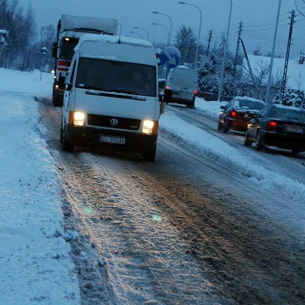 Koleiny, w których można wpaść w poślizg, półmetrowa warstwa śniegu na chodniku - tak wygląda Warszawska na którą wydano 15 mln zł.