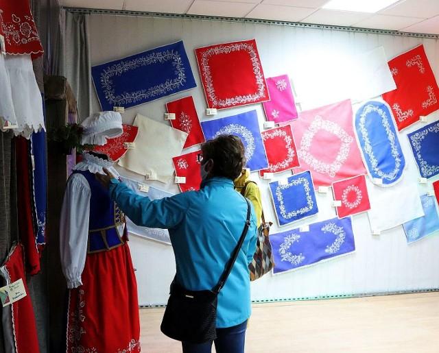 Pięknie hafty kujawskie prezentowane na wystawie w Pakości są dziełem  hafciarek skupionych w Stowarzyszeniu Twórców Ludowych