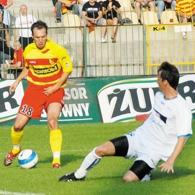 Ensar Arifović (przy piłce) wkrótce powinien mieć duże wsparcie w linii ataku Jagiellonii