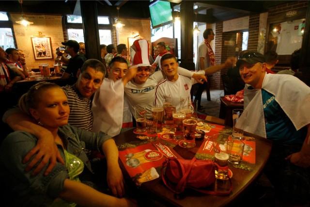 EURO 2020 - gdzie obejrzeć mecze we Wrocławiu? Jedynym nadawcą, który ma prawa do pokazywania meczów mistrzostw Europy, jest Telewizja Polska. Jeśli strefa kibica, pub czy restauracja chce swoim gościom oficjalnie pokazywać spotkania Euro, musi wykupić licencję. Prezentujemy OFICJALNĄ LISTĘ miejsc we Wrocławiu, w których można oglądać Euro 2020.WAŻNE! Do kolejnych miejsc można przejść za pomocą strzałek lub gestów na telefonie!