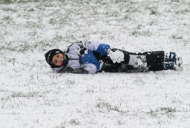 Dzieci wierzą, że podczas tegorocznych - przymusowo wspólnych dla wszystkich ferii zimowych - spadnie w końcu śnieg. Teraz będą mogły wyjść przed dom i pobawić się, nie muszą czekać aż rodzice skończą pracę