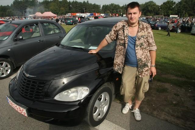 Przemysław Mrożek podczas niedzielnej giełdy w Miedzianej Górze oferował Chryslera PT Cruiser z 2000 roku za 17 tysięcy złotych.