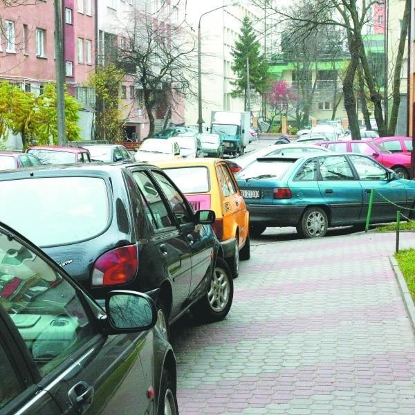 W dni przyjmowania interesantów w urzędzie marszałkowskim chodnik przy Stołecznej 25 jest tak zastawiony, że mieszkańcom nie zostaje nawet skrawek wolnego miejsca