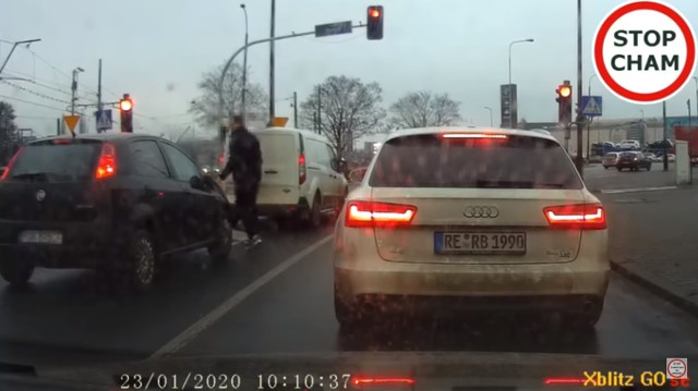 """Na kanał """"Stop Cham"""" na Youtube trafił kierowca auta dostawczego nagrany w Poznaniu. Jadąc ulicą Zamenhofa w kierunku ronda Rataje najpierw zajechał drogę osobowemu fiatowi, a później wysiadł z samochodu i wygiął mu wycieraczki oraz lusterka."""