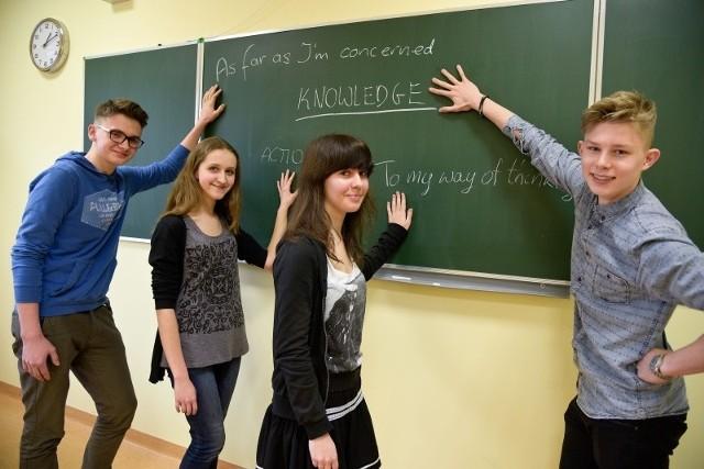 Test nie jest bardzo trudny, choć trzeba znać język - mówią ci, którzy przeszli go szczęśliwie i uczą się już w klasie z maturą międzynarodową w ZSO nr 2. Od lewej: Przemek Juchnik, Alicja Szczurzewska, Martyna Korotkiewicz i i Eryk Siemianowicz.