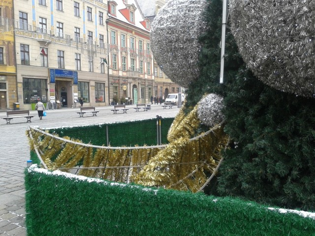 Wrocław, zniszczona choinka w Rynku