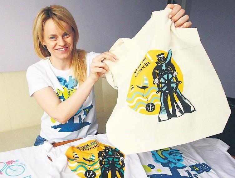 Oni kochają Szczecin. Najpierw stworzyli portal o mieście, teraz projektują koszulkiKatarzyna Jackowska demonstruje koszulki i torbę z lnu z symbolami Szczecina, które można nabyć na nowo powstałej stronie w internecie.