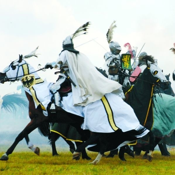 Największe wrażenie na widzach inscenizacji bitwy pod Grunwaldem z 1410 roku robiły walki ciężkiej konnicy. Podziwiało je kilkanaście tysięcy ludzi!