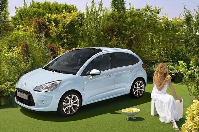 Z zewnątrz nowy citroen jest podobny do poprzedniego modelu. Oba auta różni jednak zupełnie inny przód.